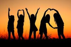 En bild per grupp människor på solnedgången Royaltyfri Bild