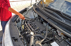 En bilmekaniker With en skruvnyckel Arkivfoton