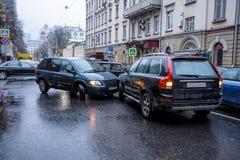 En bilolycka i staden i regnigt väder mellan en minivan och en SUV Allmän form Royaltyfri Fotografi