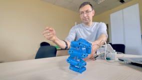 En bionisk hand som gör en näve som ses i nära detalj arkivfilmer