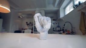 En bionisk hand som står på en tabell, slut upp lager videofilmer