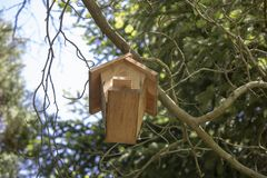 En Birdhouse i snowen royaltyfria foton