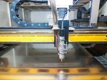 En bitande maskin för laser som är klar för arbete arkivfoto