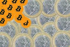 En bitcoin med euromynt arkivfoton