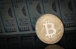 En Bitcoin på en mörk yttersida Arkivfoto