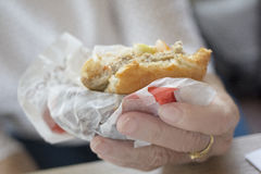 En biten hamburgare Arkivbilder