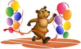 En björn som kör i mitt av färgrika ballonger Royaltyfri Bild