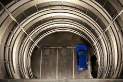 En blå bil i en parkeringshus royaltyfria foton