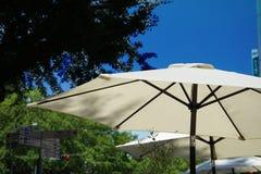 En blå himmel och en slags solskydd Royaltyfria Foton