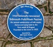 En blå jubileums- platta om den årliga folk veckan som rymms i Sidmouth under den första veckan i Augusti varje år royaltyfri foto