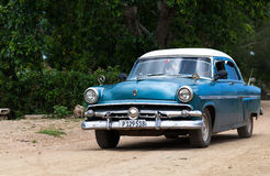 En blå klassisk bil Kuba Royaltyfri Foto