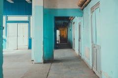 En blå korridor royaltyfri bild