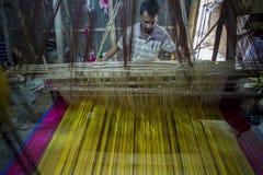 En blå magentafärgad gul Jamdani saree i arbetande process Arkivfoto
