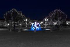 En blå springbrunn i jultid Arkivfoton