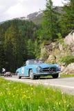 En blåa Mercedes 190 SL som byggs i 1961 Fotografering för Bildbyråer