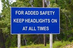 En blått för ökad säkerhet håller billyktor på alltid tecken Fotografering för Bildbyråer
