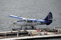 En blått- och vitsjöflygplan Arkivfoto