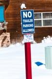 Inget parkera för släp som är tillåtet, undertecknar i snow Royaltyfria Foton