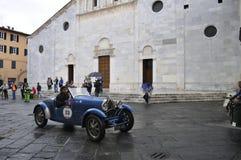 En blåa Bugatti T40 som, är drivande av Juan Tonconogy och Guillermo Berisso, tagande särar till Miglia det klassiska billoppet 1 Arkivbilder