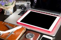 En blanco vacie la tableta con los objetos del viaje Fotografía de archivo