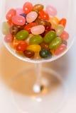 En blandning av den kulöra godisen för gelébönor i ett stemwareexponeringsglas Royaltyfria Bilder