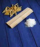 En blandning av kolhydrater från pasta till ris royaltyfri foto