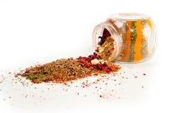 En blandning av kryddor i en glass krus sköt närbild på en vit bakgrund royaltyfria foton
