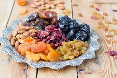 En blandning av torkade frukter och muttrar Arkivbild