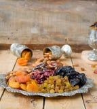 En blandning av torkade frukter och muttrar Arkivfoton