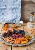 En blandning av torkade frukter och muttrar Arkivfoto