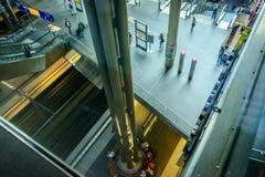 En blick ner plattformen jämnar på Berlin Hauptbahnhof Royaltyfri Foto