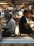 En blick på ett klassiskt kubanskt kafé i Miami Beach, Florida royaltyfria bilder
