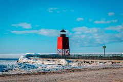 En blick på Lake Michigan och den södra Pier Lighthouse i Charlevoix Michigan Royaltyfri Fotografi