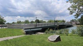 En blick på en sjö med en bro arkivbild