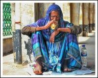 En blind man som äter hans frukost royaltyfri foto