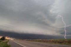 En blixtfläck välvar ut ur en supercellåskväder i Nebraska Royaltyfria Foton