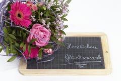 En blom- bukett av rosor och en gerbera Fotografering för Bildbyråer