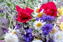 En blommabukett med mycket olika blommor arkivbild
