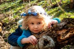 """En blond flicka i en  у för ÐΜÑ för ² Рка ‡ Ñ ¾ Ð ² Ð'ÐΜÐ  ÐºÑƒÑ€Ð°Ñ ¾"""" РД för ` ÐΜÐ för skog Ð royaltyfri fotografi"""