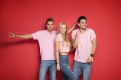 En blond flicka med två stiliga män fotografering för bildbyråer