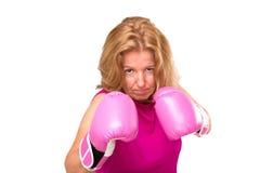 En blond kvinna med boxninghandskar Royaltyfri Fotografi