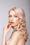 En blond kvinna med en försiktig makeup Fotografering för Bildbyråer