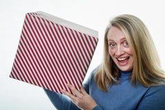 En blond kvinna med en gåva, gåva arkivbilder