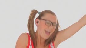 En blondevrouw die dansen zingen stock video
