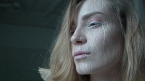 En blondin med konstnärligt smink lyfter hennes huvud och ser fett framåtriktat En ung kvinna är full av beslutsamhet i henne arkivfilmer
