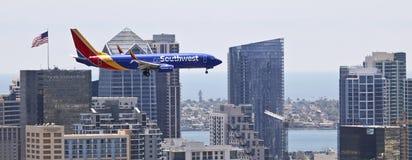 En Boeing 737, klaffar och Down för landningkugghjul Royaltyfri Fotografi