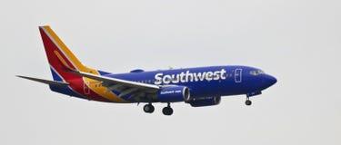 En Boeing 737, klaffar och Down för landningkugghjul Arkivfoto