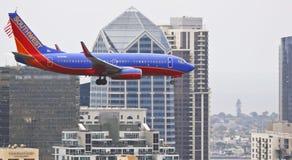 En Boeing 737, klaffar och Down för landningkugghjul Fotografering för Bildbyråer