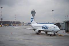 En Boeing 737-500 VQ--BJQflygbolag UTair står på landgången av flygplatsen Pulkovo Royaltyfria Bilder
