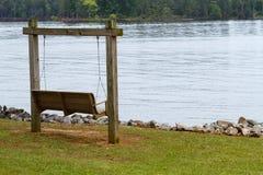 En bois balancez le long du lac Murray images stock
